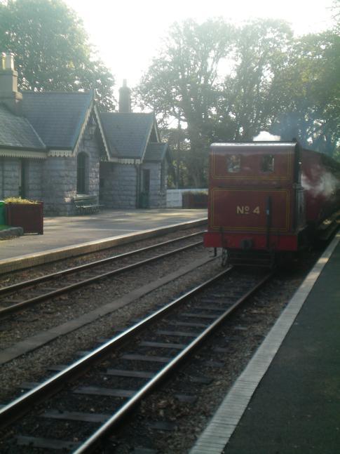 Die Isle of Man Steam Railway bei der Einfahrt in den Bahnhof Castletown