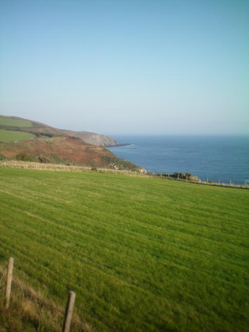 Blick auf die Küste der Isle of Man während der Fahrt mit der Steam Railway