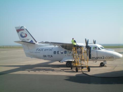 Ein Flugzeug der Airline Manx2 am Ronaldsway Airport