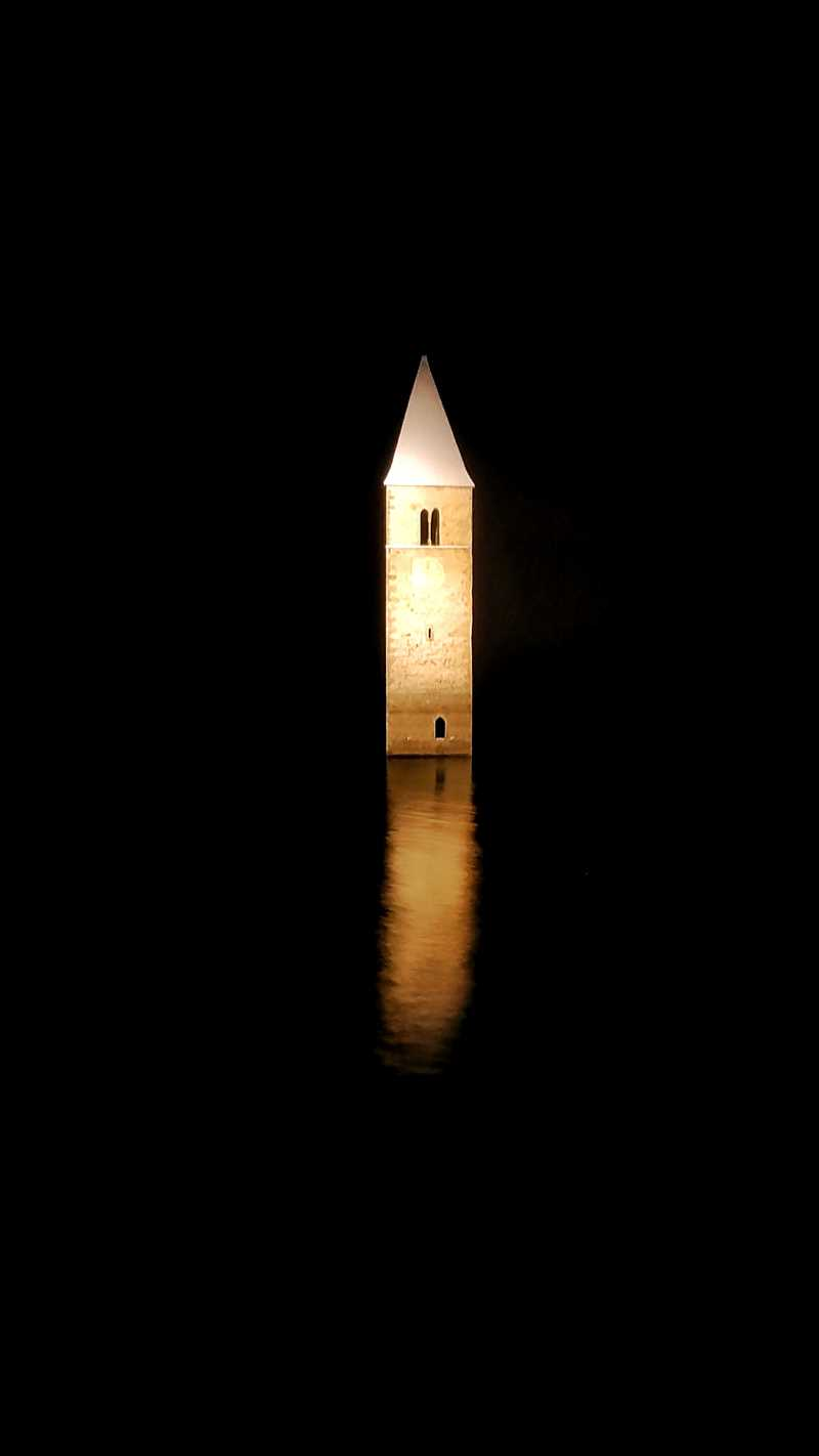 Die historische Kirche im See am Reschensee in Graun im Vinschgau