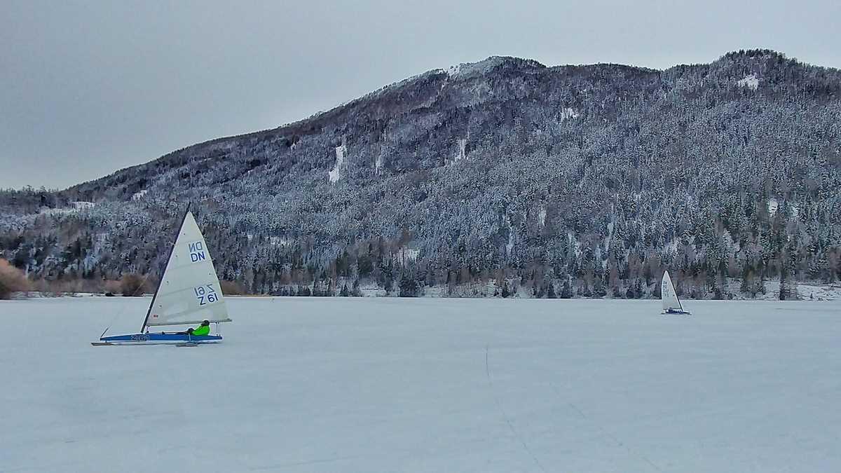 Eissegeln auf dem Haidersee im Vinschgau in der Nähe des Reschensee