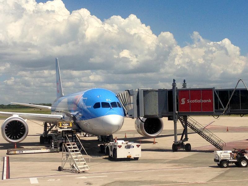 Eine Jetairfly-Maschine auf dem Flughafen von Santo Domingo