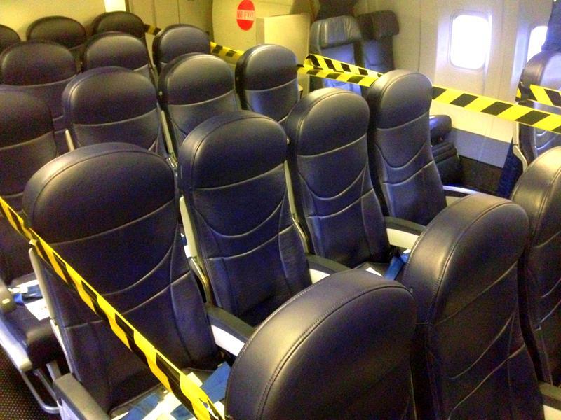 Gesperrte Reihen auf einem Tuifly Belgium Flug aufgrund einer defekten Notausgangstür