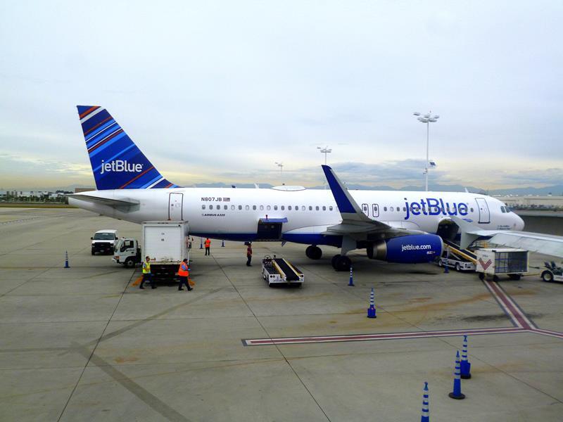 Eine Maschine von JetBlue auf dem Flughafen von Long Beach