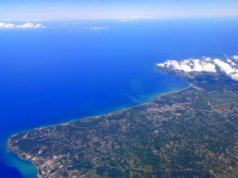Ausblick auf die Westküste von Puerto Rico auf dem Flug mit JetBlue von Santo Domingo nach San Juan
