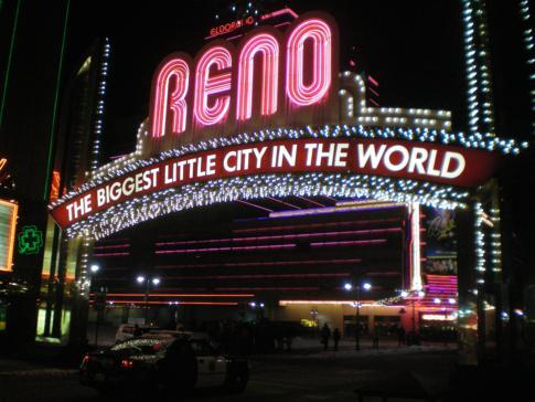 Die Virginia Street in Downtown Reno am Abend