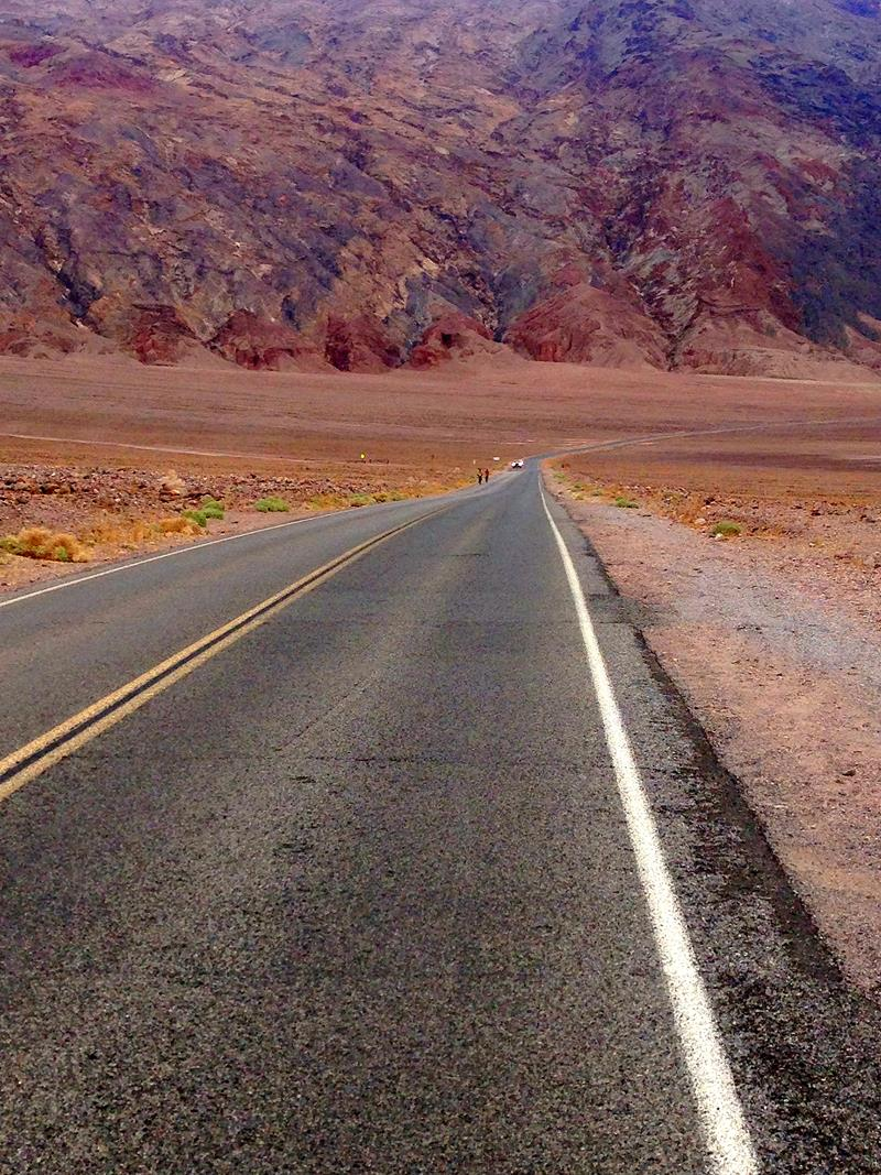 Straße durch das Death Valley in Kalifornien