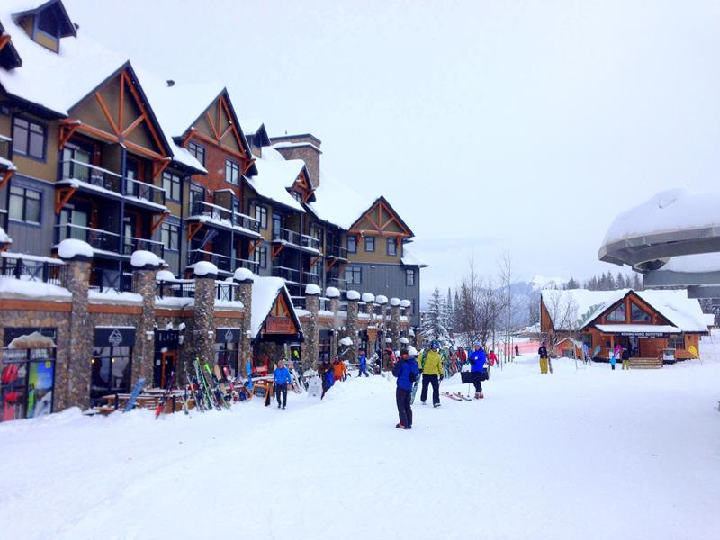 Die Base Area im Kicking Horse Mountain Resort in British Columbia