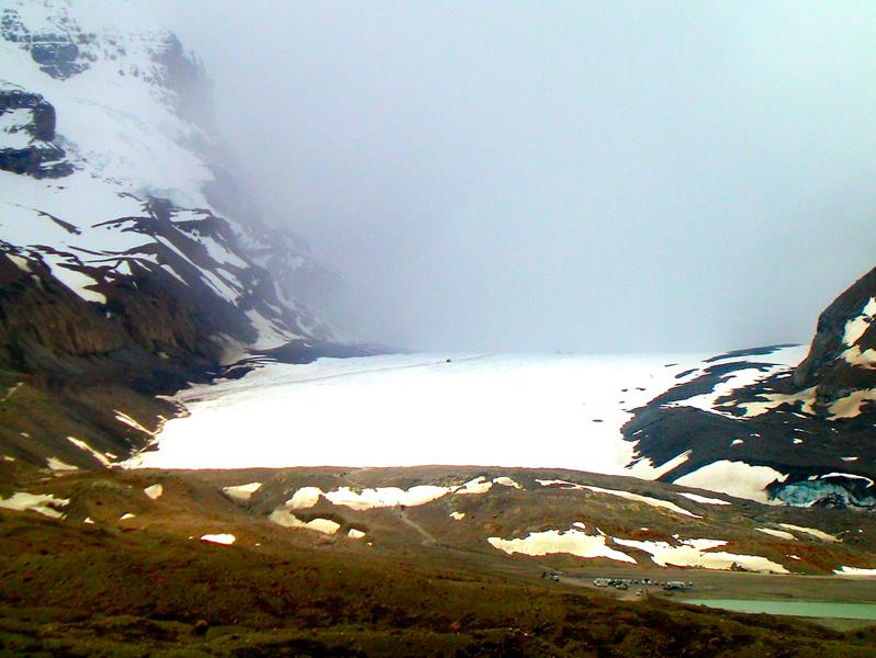 Das Columbia Icefield des Athabasca-Gletschers am Icefields Parkway