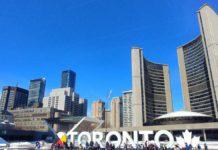 Blick auf das City Sign sowie die Skyline von Toronto