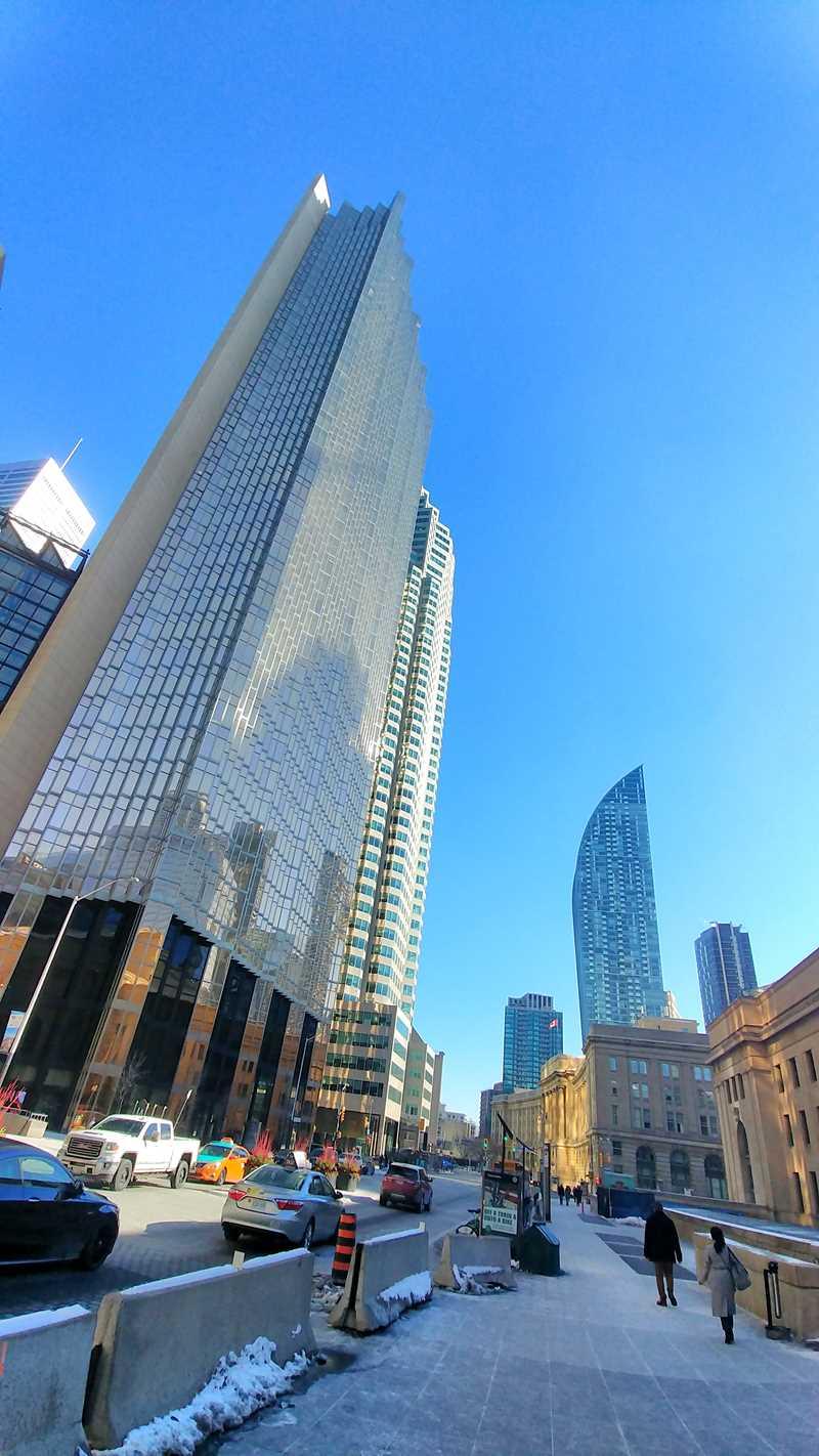Hohe Bankengebäude und Wolkenkratzer zieren das Stadtbild von Toronto