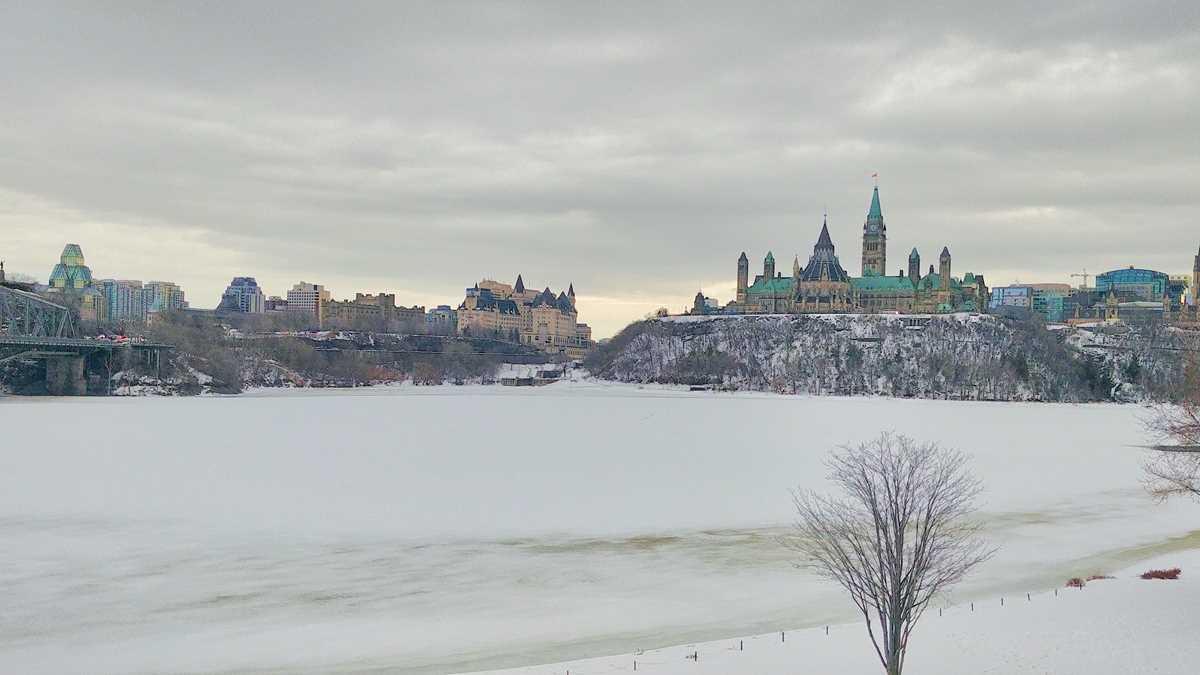 Blick von der Stadt Gatineau auf Ottawa und den Ottawa River