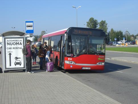 Der öffentliche Bus in Kaunas vom Flughafen in die Altstadt