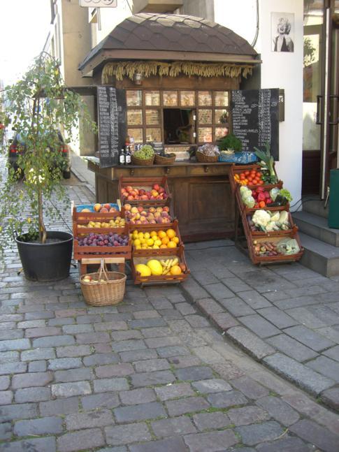 Die Vilniusstrasse im Zentrum von Kaunas mit einem netten Obststand