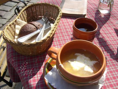 Mittagessen in Kaunas - Gemüsesuppe und Schwarzbrot