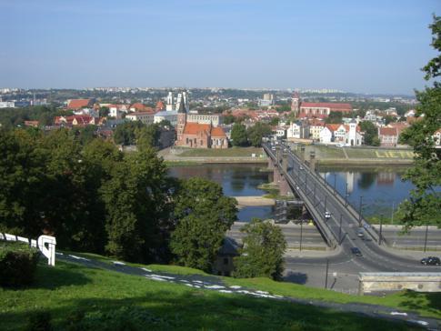 Die Brücke, die die Altstadt von Kaunas mit dem Aleksoto-Viertel verbindet