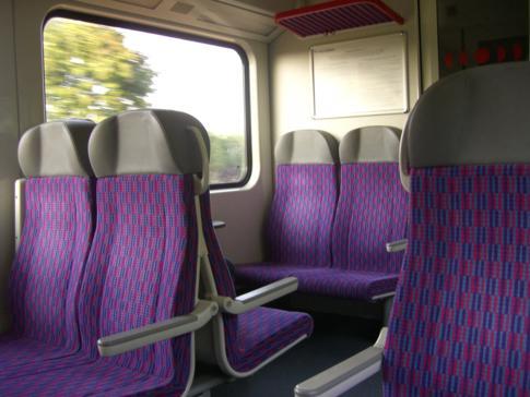 Ein moderner Regionalzug auf dem Weg von Kaunas nach Vilnius