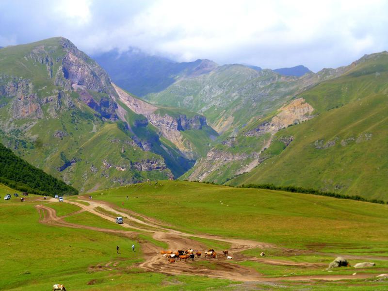 Beeindruckende Wanderung in Kazbegi durch den Kaukasus