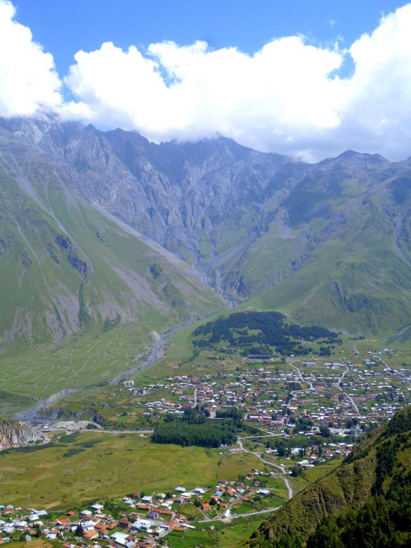 Atemberaubender Blick auf die Kaukasus-Gipfel bei Kazbegi