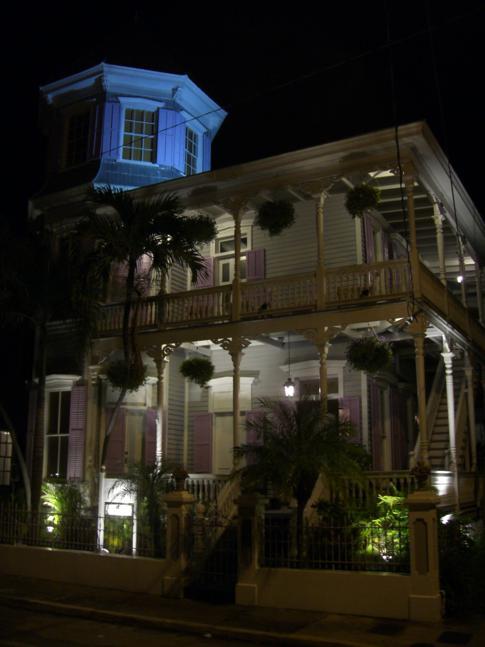 Sehr schön beleuchtetes Haus am Abend in Key West