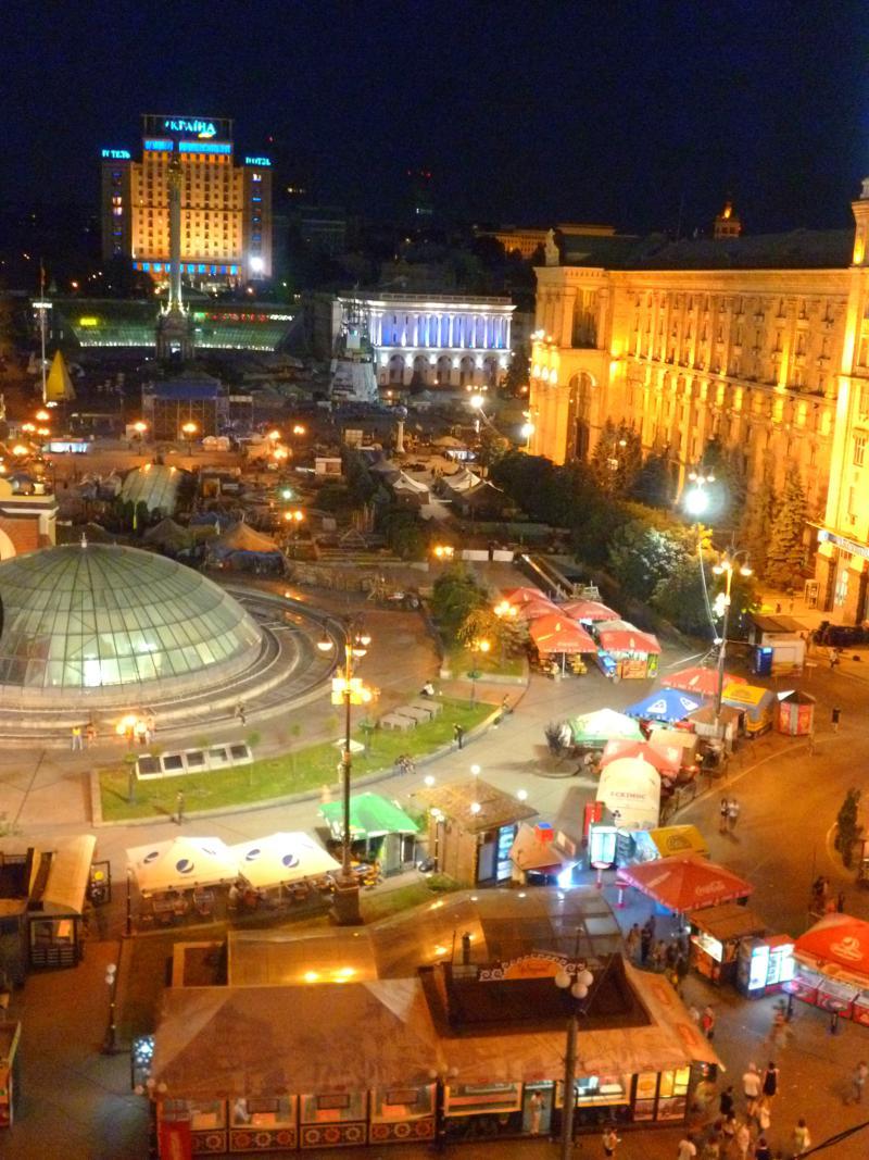 Blick vom City Center Hostel auf den Maidan bei Nacht