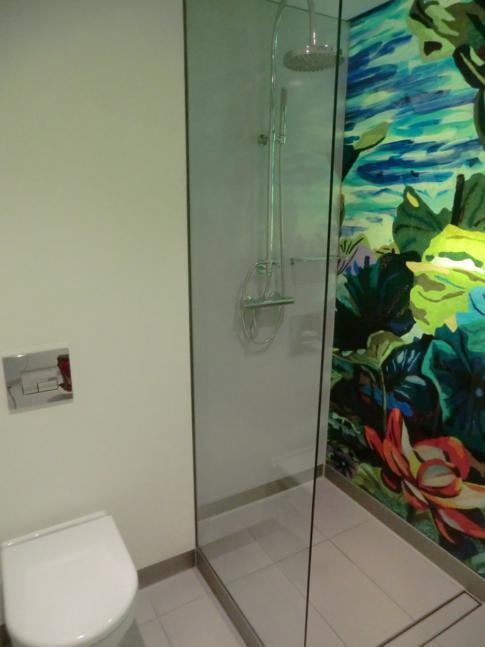 Das moderne Badezimmer mit schöner Duschwand
