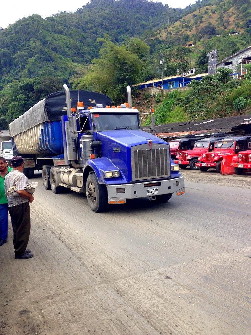 Die von vielen Trucks befahrene Straße zwischen Lobo Guerrero und Buenaventura