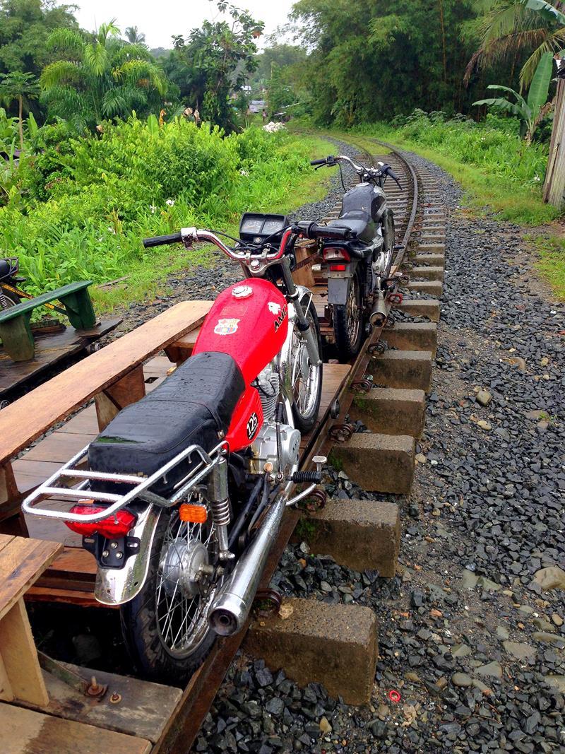 Die Brujitas, ein Motorrad auf Schienen, sind die einzige Fortbewegungsmethode, um nach San Cipriano zu gelangen.