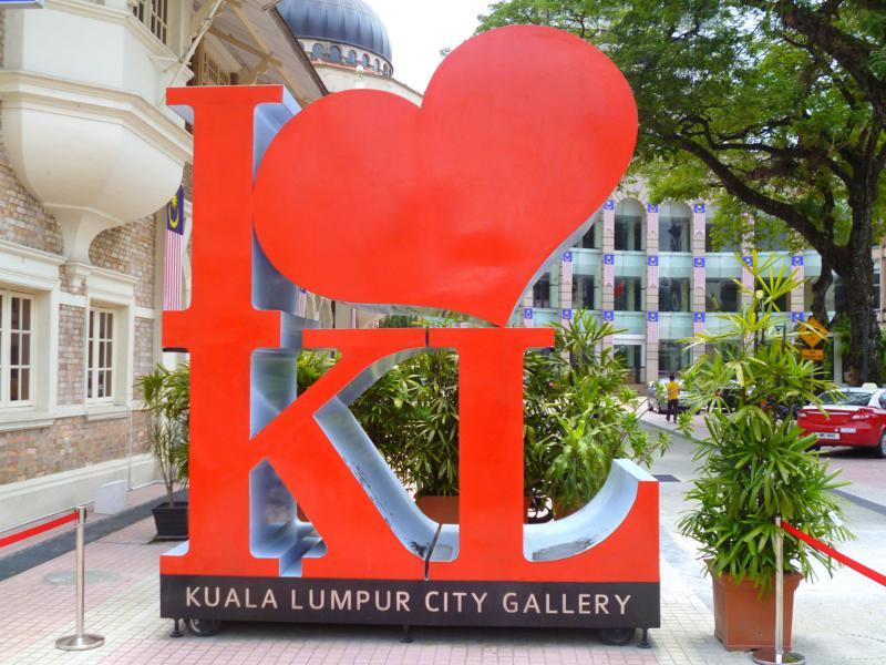 Das klassische I love KL Schild steht vor der Kuala Lumpur City Gallery
