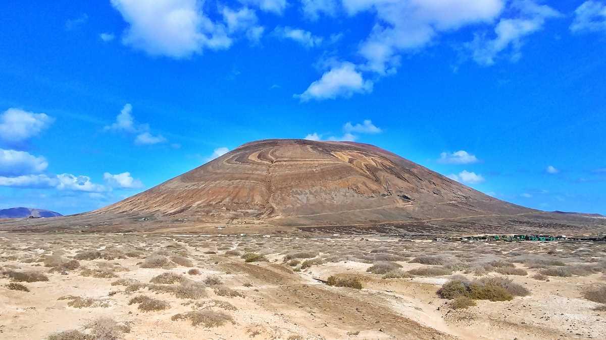 Blick auf den Vulkan Agujas Grande, den höchsten Berg auf der Insel La Graciosa