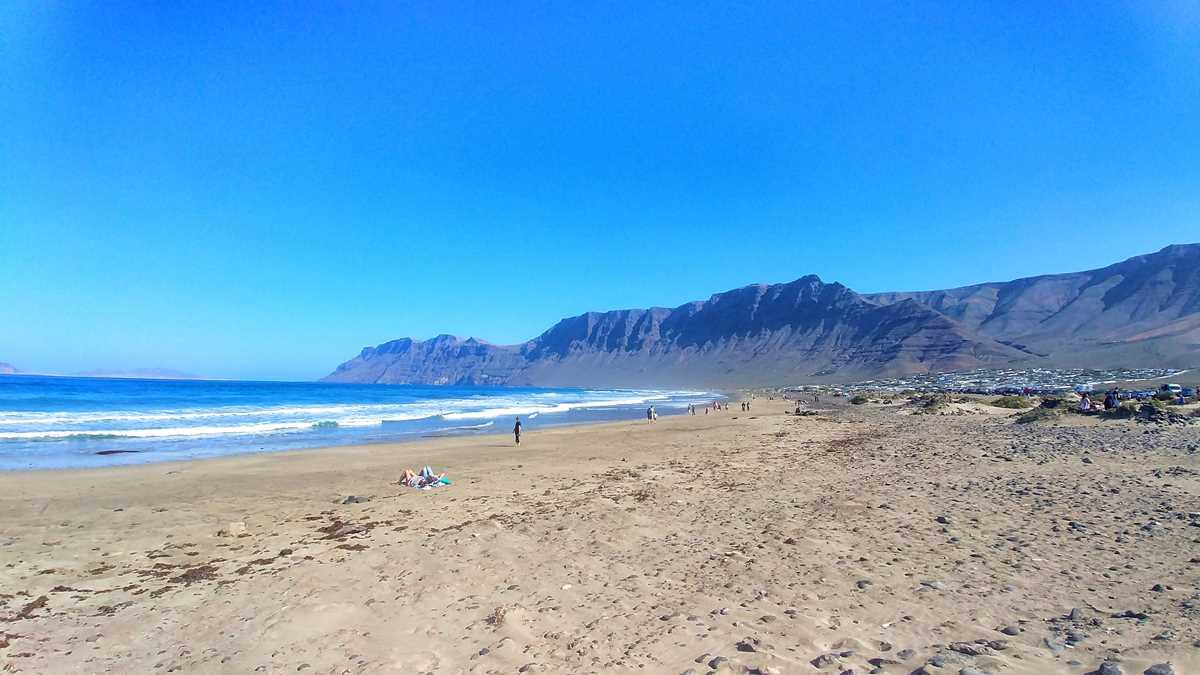 Der Strandort Famara im Osten von Lanzarote