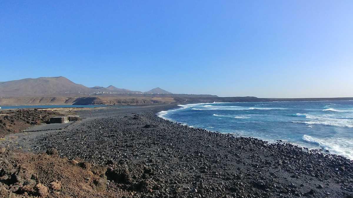 Der Playa de Janubio mit Blick auf Las Salinas