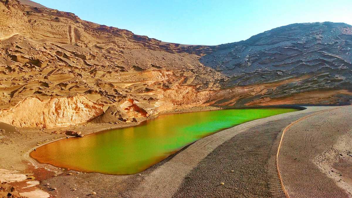 Der kleine Fischerort El Golfe mit seinem grünen See