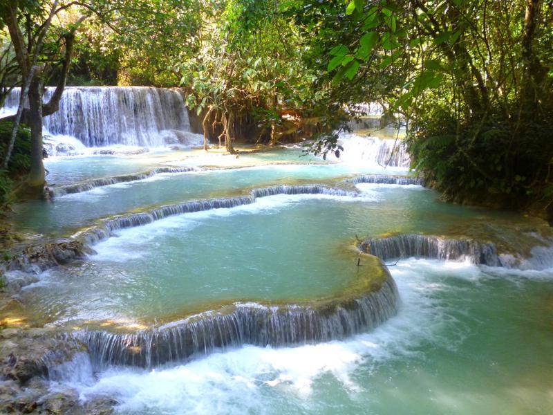 Der pittoreske Kuang Si Wasserfall in der Nähe von Luang Prabang in Laos