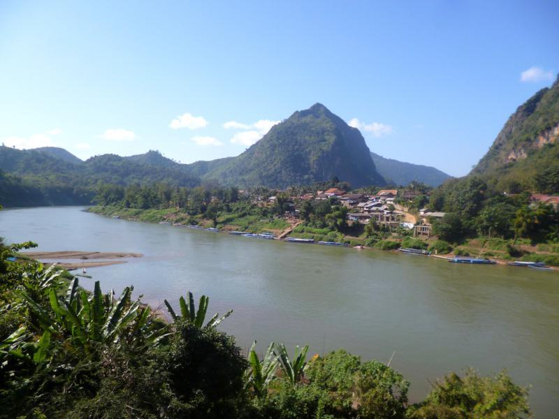Blick in Nong Khiaw auf den Nam Ou Fluss