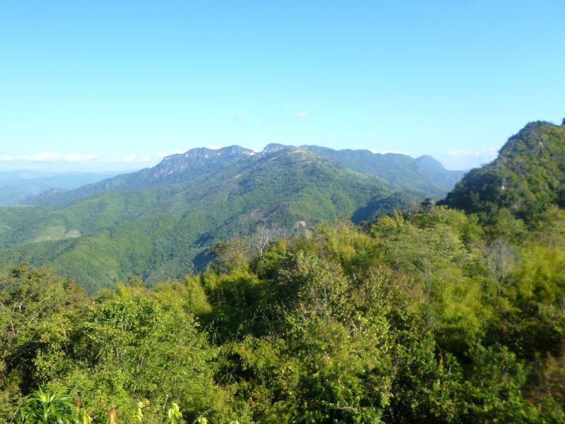 Blick vom Aussichtspunkt bei Nong Khiaw auf das grüne Umland in den Nam Ou Fluss