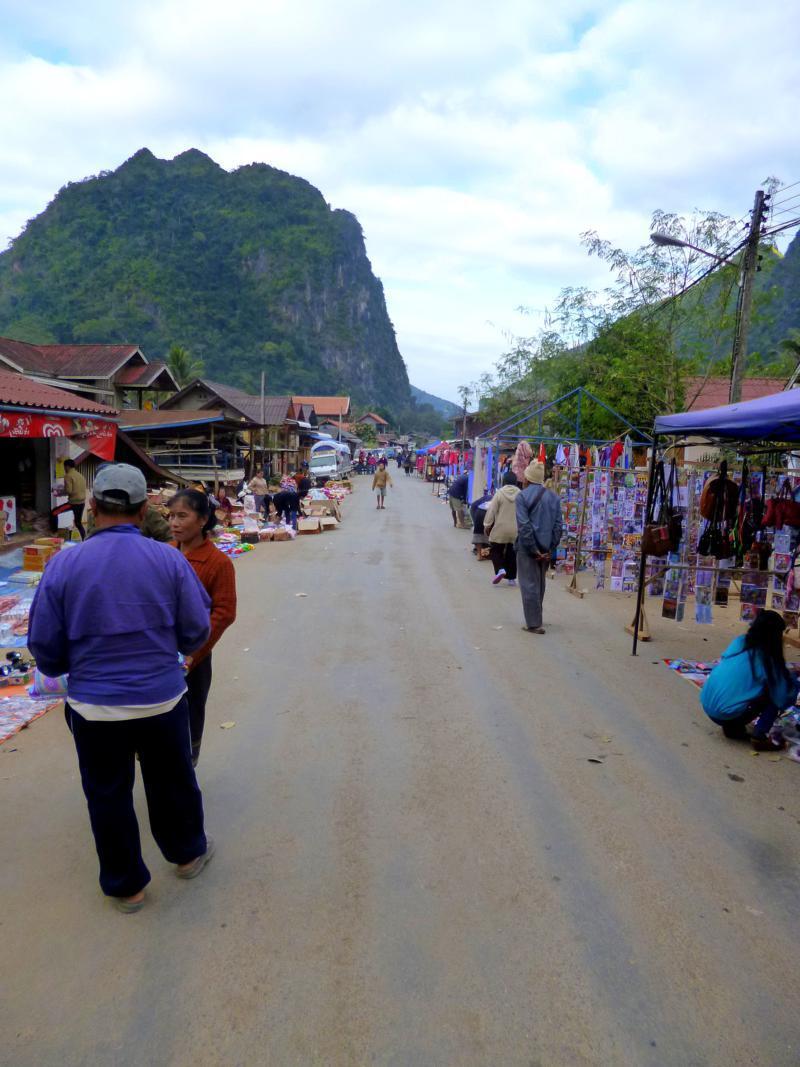 Der kleine Markt von Nong Khiaw in Laos
