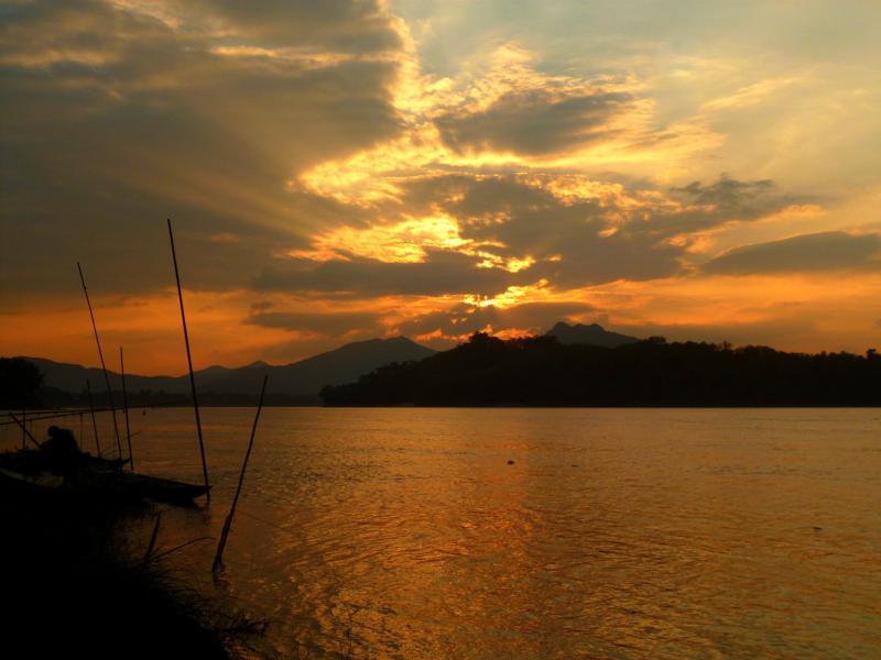 Sonnenuntergang am Mekong River - es gibt kaum schönere Szenerien in Laos