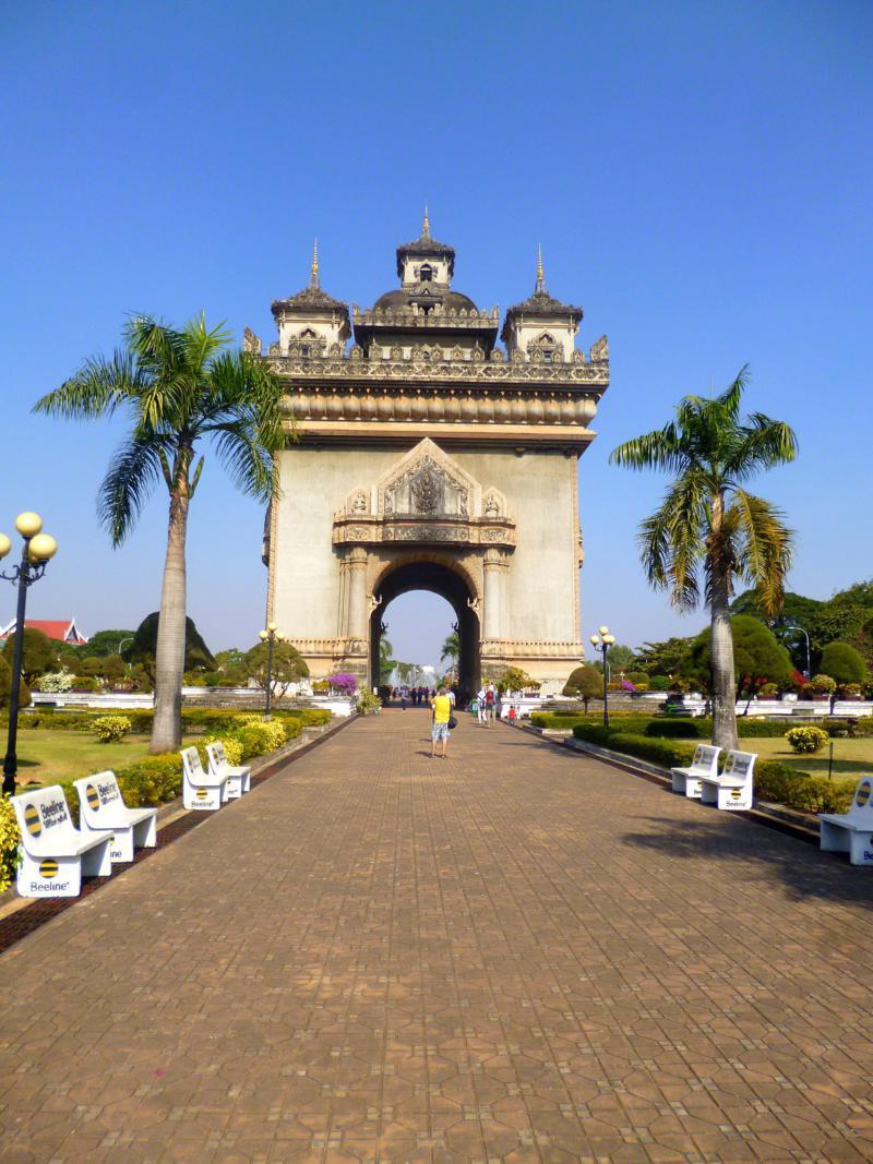Der Patuxai in Vientiane, dem Arc de Triomphe in Paris nachempfunden