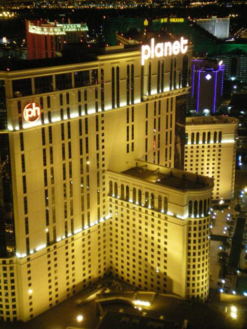Blick vom Eiffelturm des Paris Hotel auf das planet hollywood Las Vegas