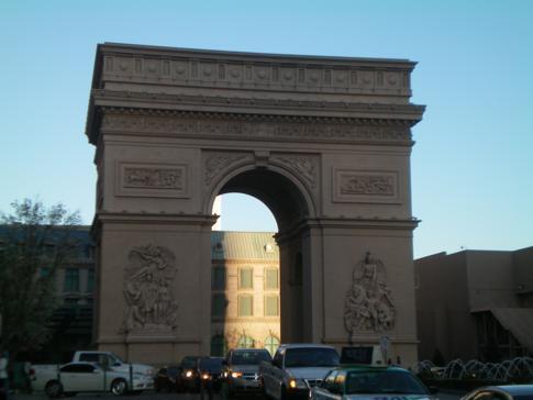 Der Arc de Triomphe vor dem Paris Hotel