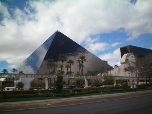 Die markante Pyramide am Südende des Strips: das Luxor Hotel