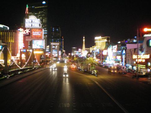 Blick auf den Las Vegas Boulevard bei Nacht
