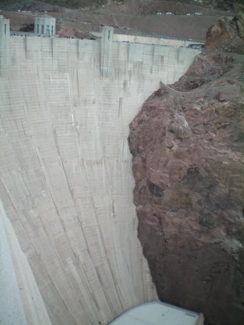 Die riesige Staumauer des Hoover Damms auf der Staatsgrenze zwischen Nevada und Arizona