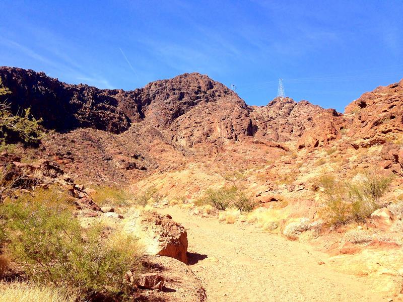 Bizarre rote Felsenwelt am Gold Strike Hot Springs Trail in der Nähe von Las Vegas