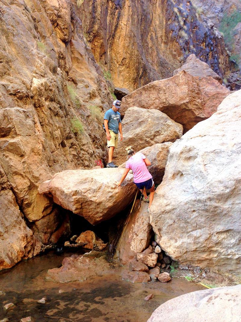 Kletterpartien und Seilabschnitte gehören zum Gold Strike Hot Springs Trail dazu
