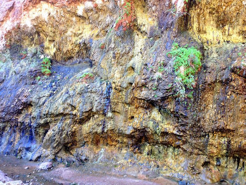 Im unteren Abschnitt des Wanderwegs warten kleine Wasserfälle und pittoreske Flüsschen