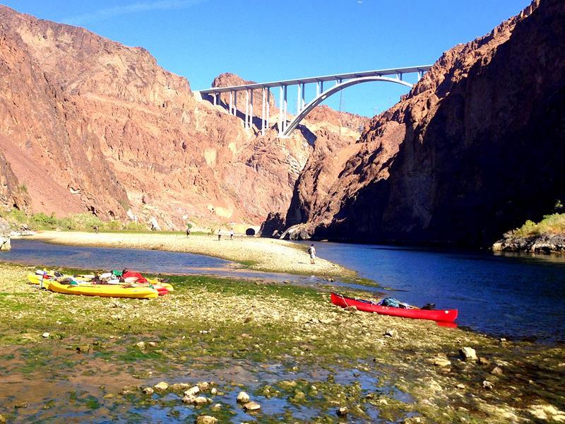 Der Colorado River nahe des Hoover Dams mit dem Hoover Dam im Hintergrund