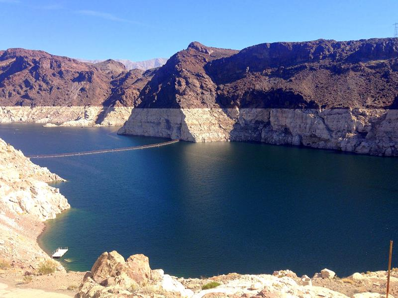 Blick vom Hoover Dam auf den angestauten Colorado River, den Lake Mead