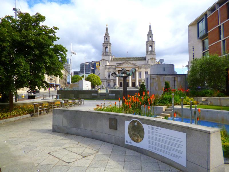 Der Mandela Garden mit der dahinter liegenden City Hall